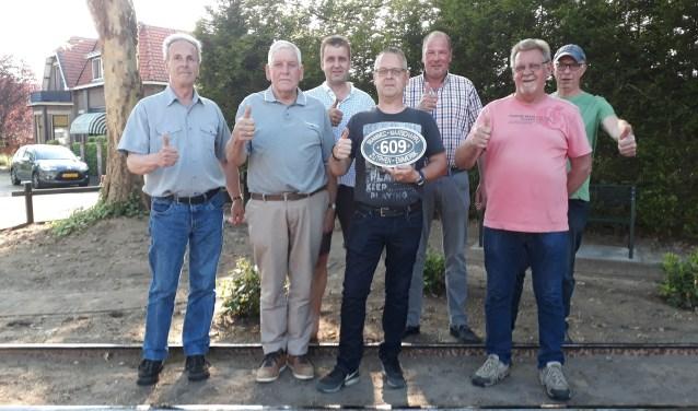 De vrijwilligers die het originele tramspoor hebben teruggelegd, v.l.n.r. Fred, Wim, Werner , Gerrit, Erik, Harrie en Fons. (foto: Ceciel Bremer)