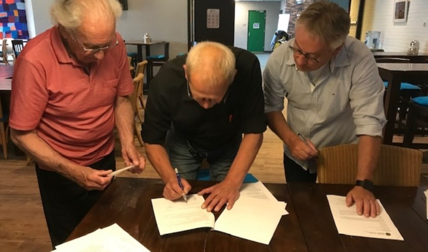 Arie Tempert (links), Martin Kranenborg (midden) en Sesam adviseur Rieks Springer (rechts) ondertekenen het contract.