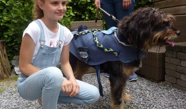 Maud en haar model Buddy in zijn nieuwe jasje