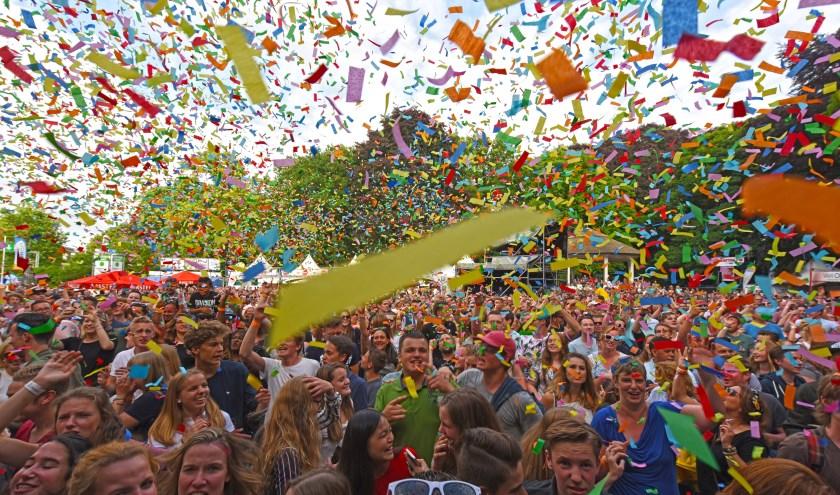 Feest tijdens het optreden van Kraantje Pappie tijdens de Parkfeest-editie van 2017. Dit jaar is hiphopartiest weer van de partij in Oosterhout (foto: Casper van Aggelen)