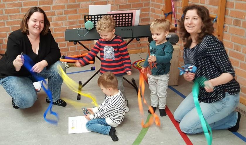De lessen worden gegeven door muziekdocenten Nadja Spooren en Janneke Veekens. (eigen foto)