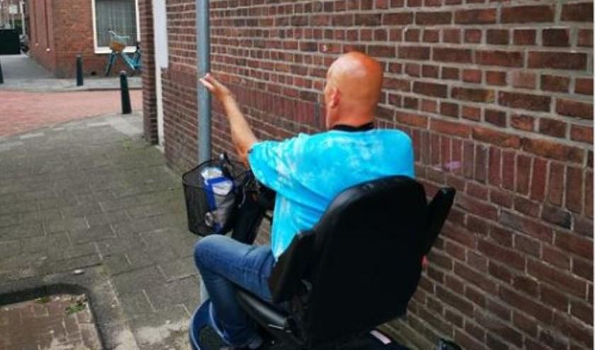 De paal die de invalidenparkeerplaats markeert, belemmert de doorgang.