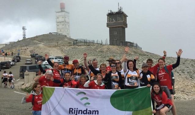 De deelnemers met hun buddy's en medewerkers van Rijndam tijdens na het bereiken van de top van de Mont Ventoux.