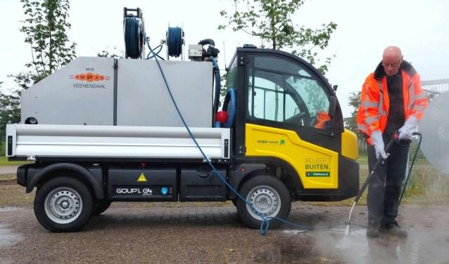 VDBH bestrijdt onkruid op bestrating met heet water en een elektrische auto. Foto: Anita van Boxtel.