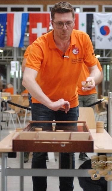 Tim van Sommeren in actie tijdens de teamfinale WK sjoelen.