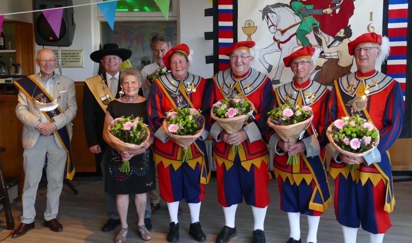 Vlnr: Hopman Ben van Velthoven, Kringvoorzitter Roeland van Hooff, de jubilarissen: Ine Hoevenaars, Walter Hoevenaars, Mariëtte Mikkers-Bosmans, Theo van den Heuvel, Gerrit Caris, Jac van Herk.