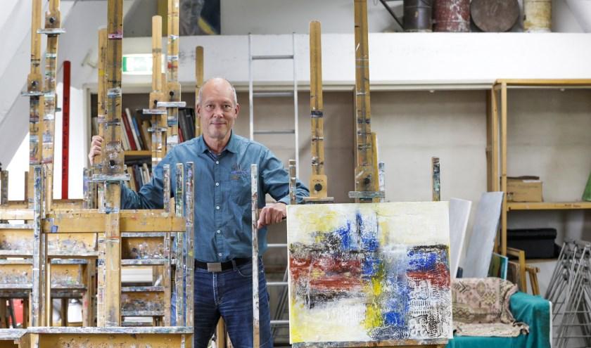 Albert Monsanto van de maandaggroep in het atelier van schilderschool Theo Kappé. Foto: Jurgen van Hoof
