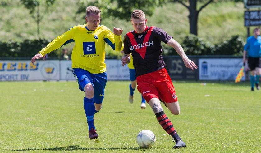 Man van de wedstrijd Justin Beemsterboer in duel met een verdediger van Oostkapelle. (Foto: Guillaume Kortekaas)