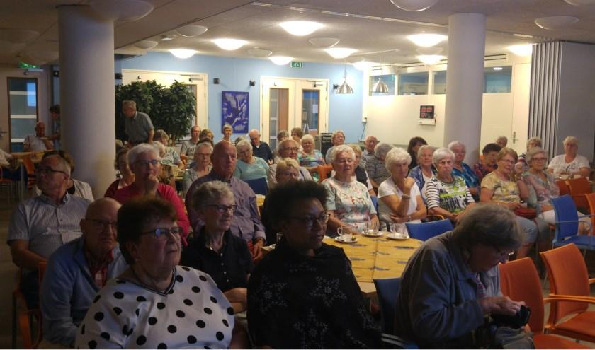 Aandachtig publiek bij lezing Fysio Geeresteingroep voor Senioren Belangen