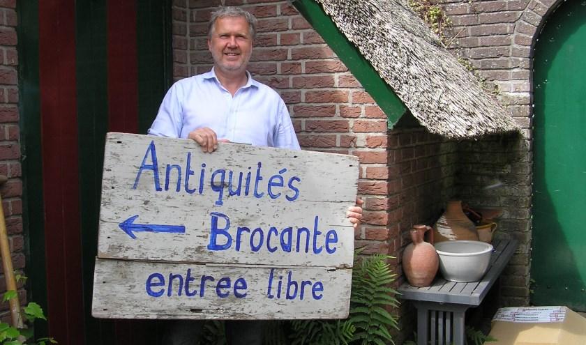 Boudewijn Schenkels opent zijn tuindeuren en stalt nostalgische artikelen uit.