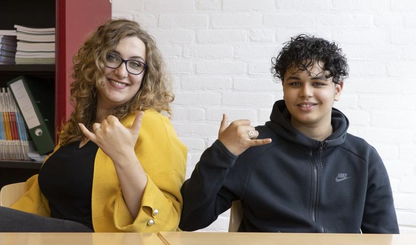 3e jaars leerling Tarek Djabarkhan (rechts) slaagde voor het eindexamen Engels. Docent Marit Messelink zorgde voor die kans.