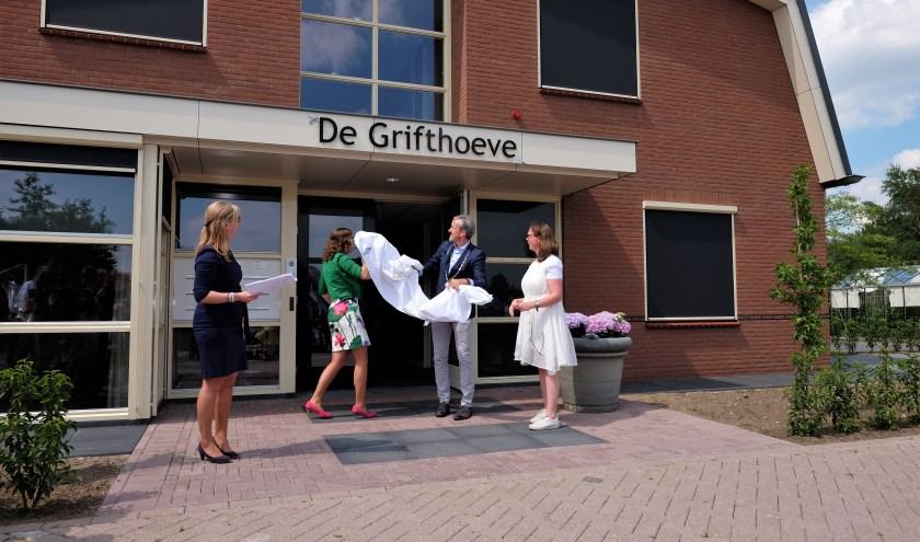 De Grifhoeve in Achterberg wordt geopend door burgemeester Hans van der Pas met twee bewoners. (Foto: Max Timons)