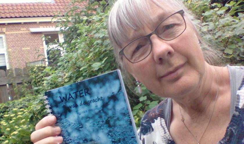 Nicole Pisuisse, met fotoboekje.