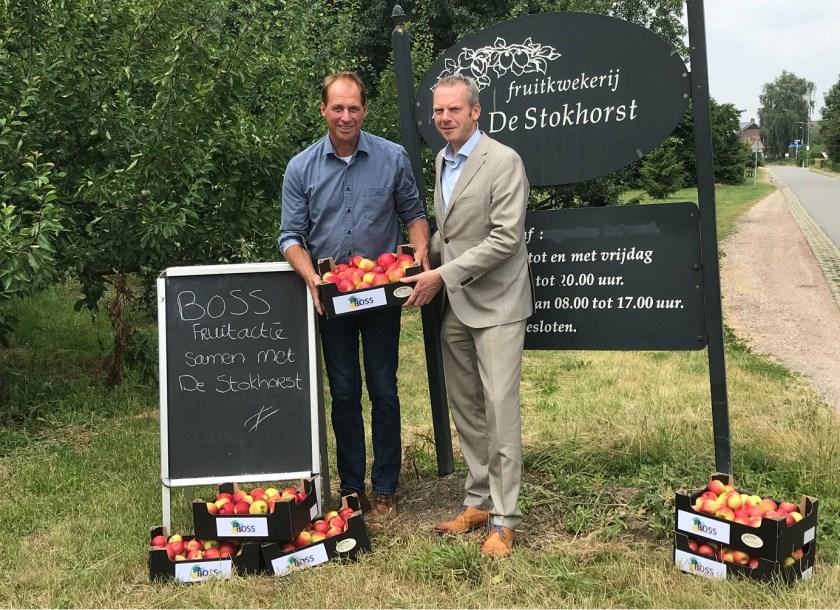 Theo Wolters (links) van De Stokhorst en wethouder Johannes Goossen met de speciale BOSS-kratjes waarin het fruit in het nieuwe seizoen wordt aangeboden.