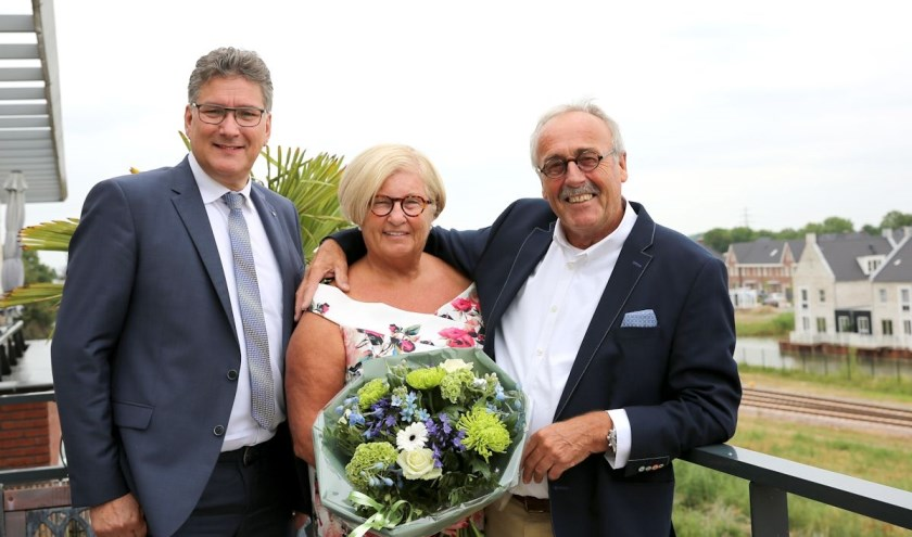 De heer en mevrouw Gravendeel-van den Brink en wethouder Hans Keuken.(3JetFotografie Ochten)