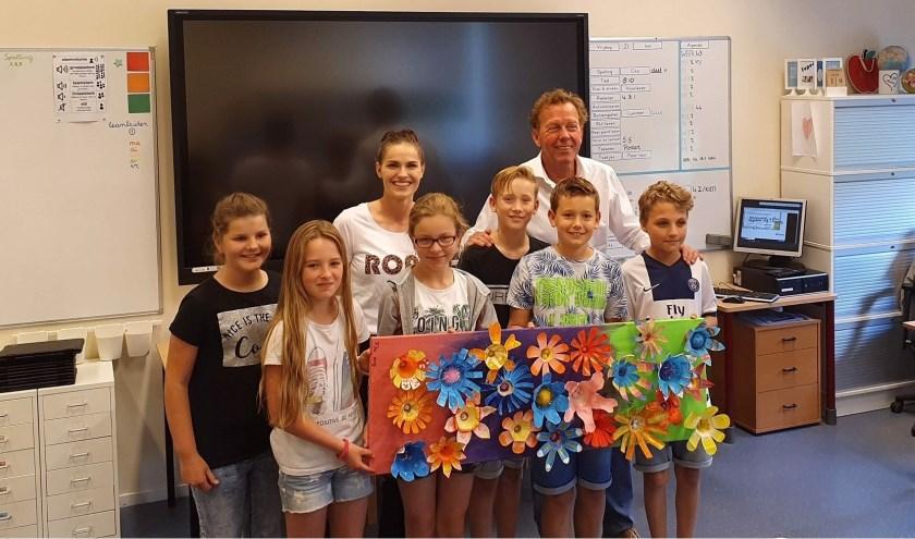 Van links naar rechts Femke, Vero, leerkracht Manon Oosterhuis-Welling, Yfke, Kris, directeur Hans Velvis, Cas en Nick. Op de foto ontbreekt Jurre, leerling van De Viersprong.