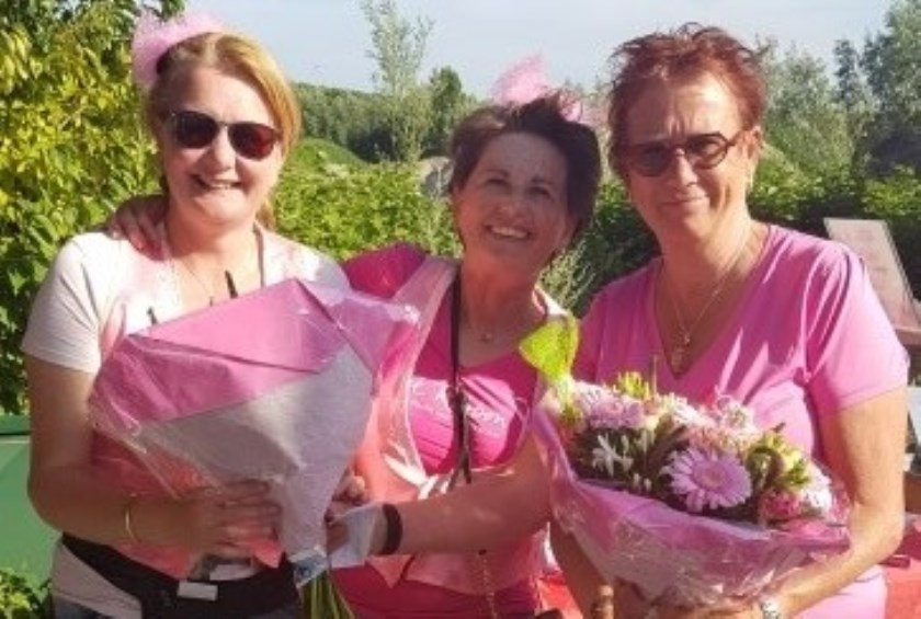 Bloemen voor de winnaars van het Pink Ribbon Tournooi
