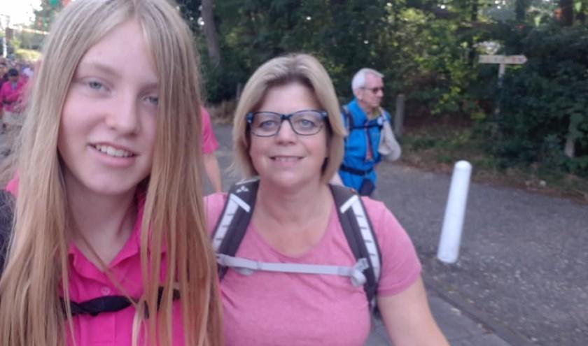 Linda en Andrea van de Wal, wat begon als een grapje eindigde in veel trainen en twee volle dagen meelopen, daarna helaas uitval.