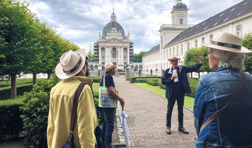 De Kapel van Saint Louis is opgenomen in de stadswandeling van Oudenbosch, hier vertelt de gids zijn verhaal.
