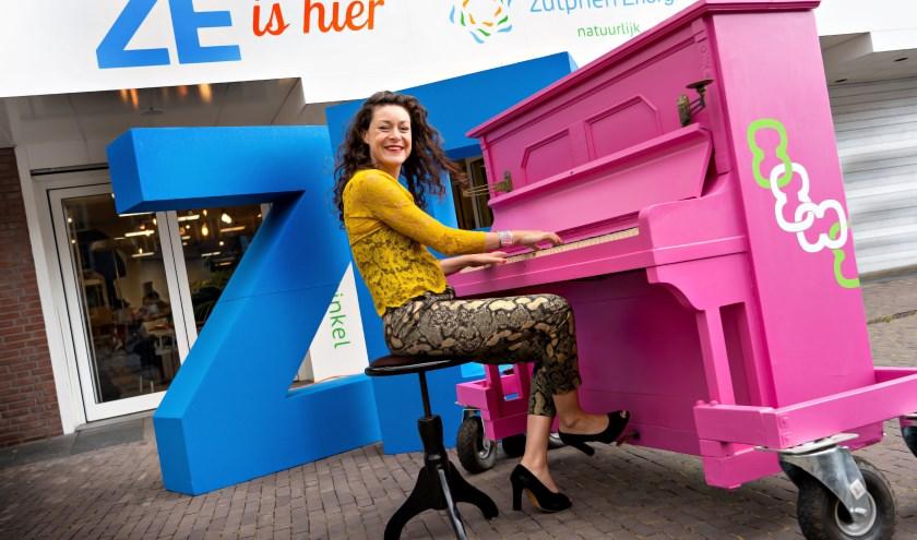 """Stadsdichter Merel Hubatka heeft voor ZutphenEnergie een prachtig lied geschreven over het project Zonnestroom. """"Er was weinig tijd, maar het zat al vlot in elkaar en in mijn hoofd"""", lacht ze."""