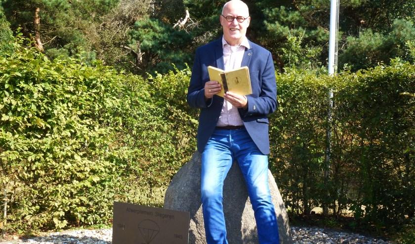 Hans Nieboer met het boek 'Bericht voor Groote Jan bij het monument in Stegeren. (Eigen foto).