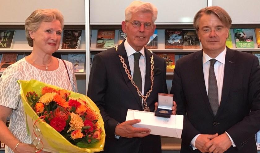 Burgemeester Jan Pommer en zijn vrouw samen met Wim van de Donk (rechts).