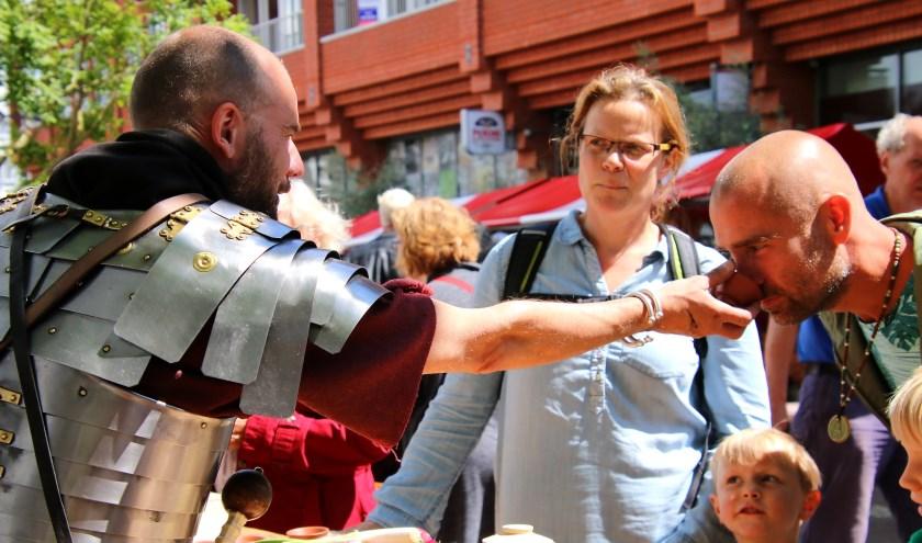 Ruiken en proeven op de Romeinse markt.