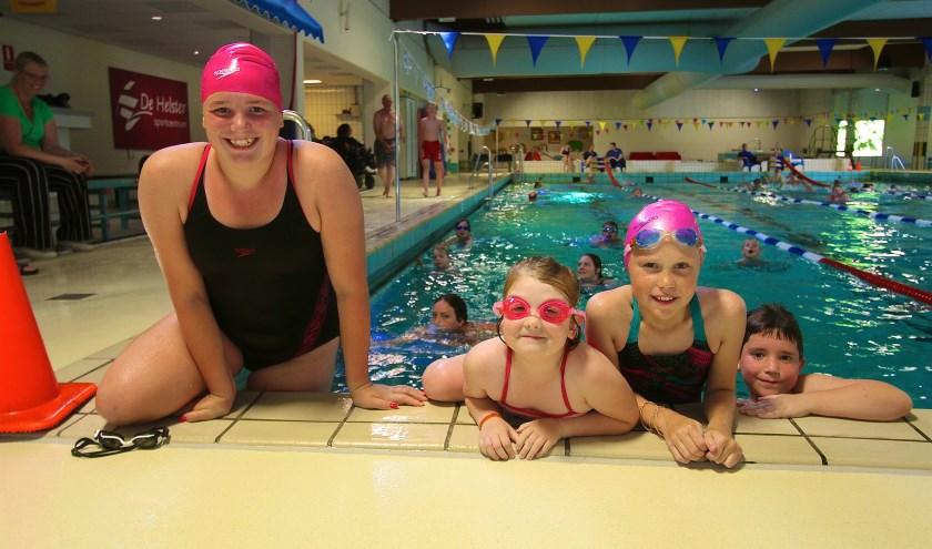 Dide (12) Esmée (6) Anouk (11) Timo (7)  (v.l.n.r.) zien elkaar ieder jaar bij de zwemvierdaagse en genieten volop. (foto: Kirsten den Boef)