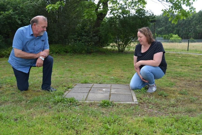 Judith en haar vader Henk Wiggers bij de stolperstein van Hendrik Jan Wiggers. Foto: Karin Stronks