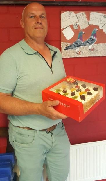 Een trotse Andre Siegerink met de gewonnen slagroomtaart.