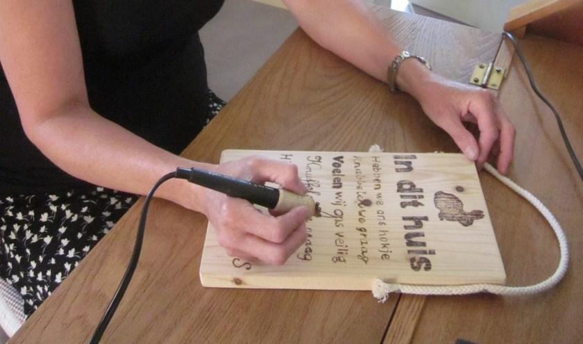 Annette Both geeft op uitnodiging van Stichting Won een workshop houtsnijden in Lekkerkerk als onderdeel van de Zomerschool.