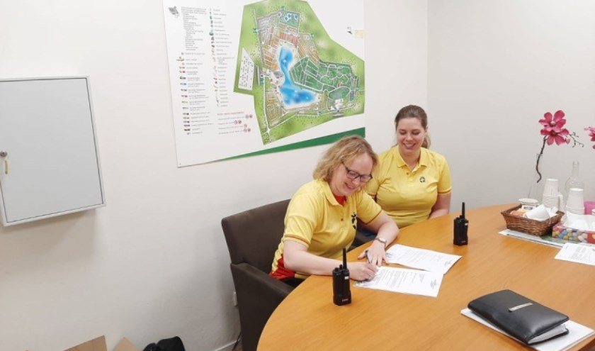 Secretaris Anke de Vries en Loes Ehrismann van de Commissie Varend tekenen de overeenkomst bij Oostappen Vakantiepark Prinsenmeer.