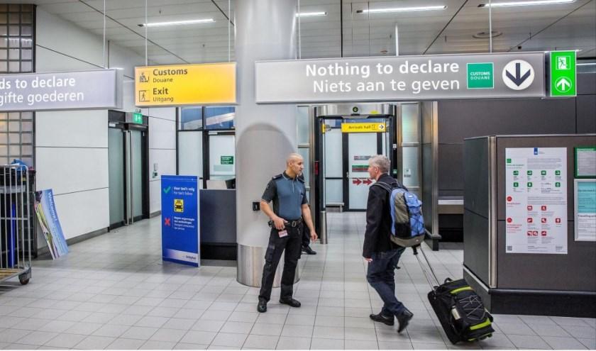 De Nederlandse douane krijgt in de zomermaanden veel vragen over wat wel of wat niet in Nederland ingevoerd mag worden. Foto: Douane.