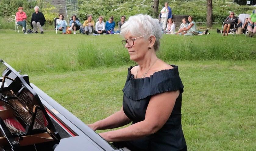 Pianiste Ellen Verhagen gaf een mooi concert in de kasteeltuin te Culemborg.