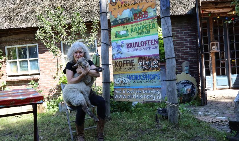 Marianne van Heijningen: 'De schapen hebben nu nog hun warme jassen aan'. (foto Marco van den Broek)