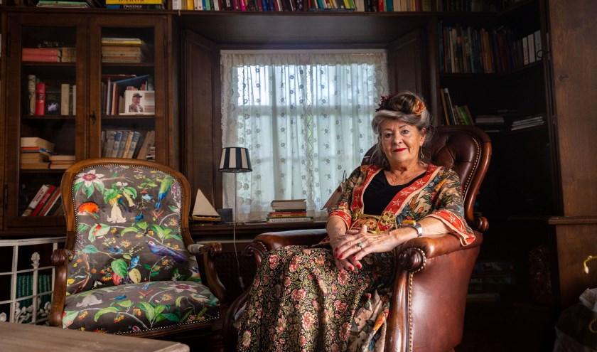 """""""Het zelf maken van kleren vond en vind ik nog altijd fantastisch"""", aldus astrologe Wilma van den Hurk uit Heusden. Foto: Yuri Floris Fotografie"""