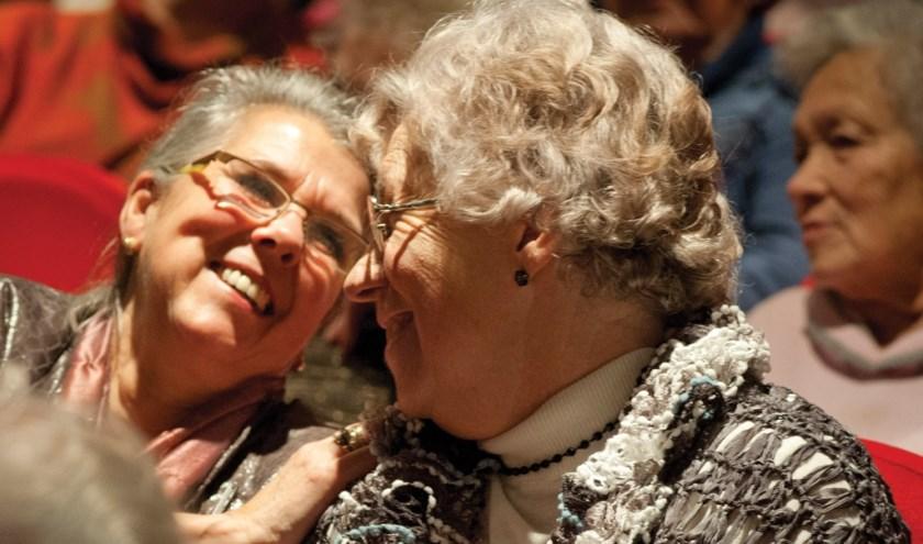 Gasten van Vier het Leven ontmoeten elkaar tijdens een van de voorstellingen.