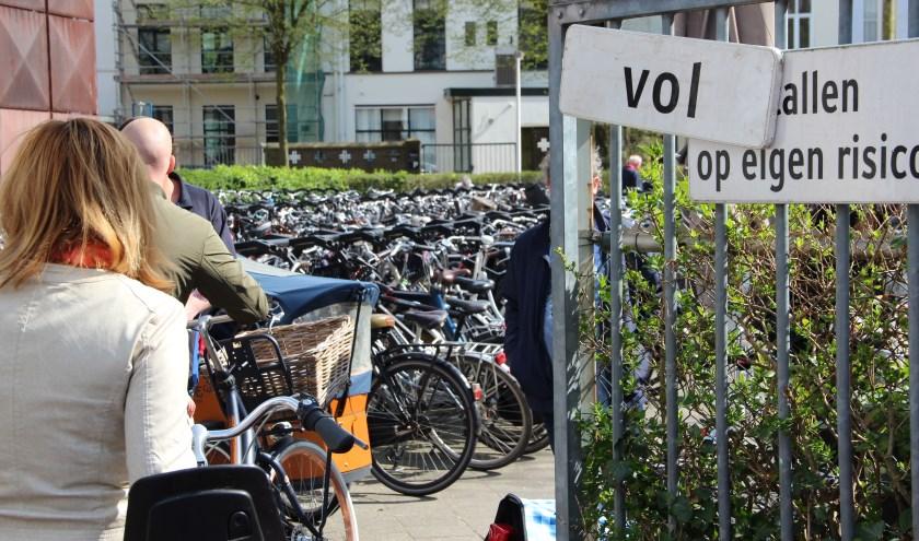 Op drukke momenten, zoals zaterdagmiddag, is de fietsenstalling vaak vol. (foto archief Harry Vos)