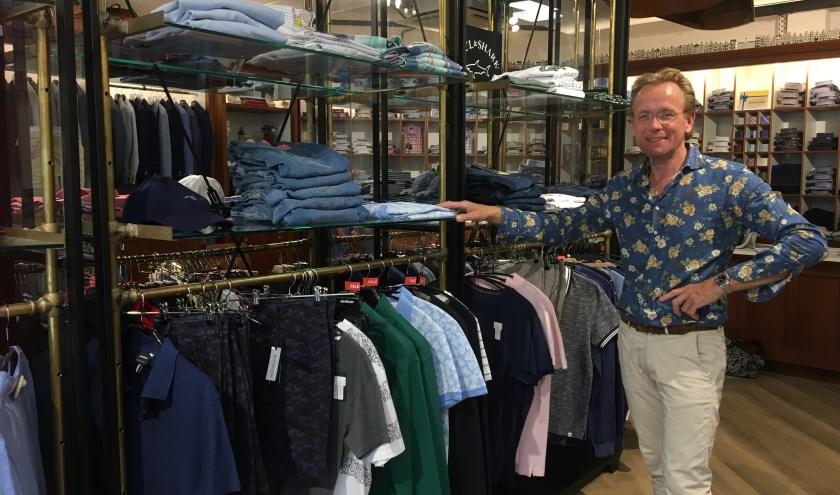 Walter de Lange verkoopt herenmode, bijpassende schoenen en hij houdt zich bezig met het maatwerk van de kleding.