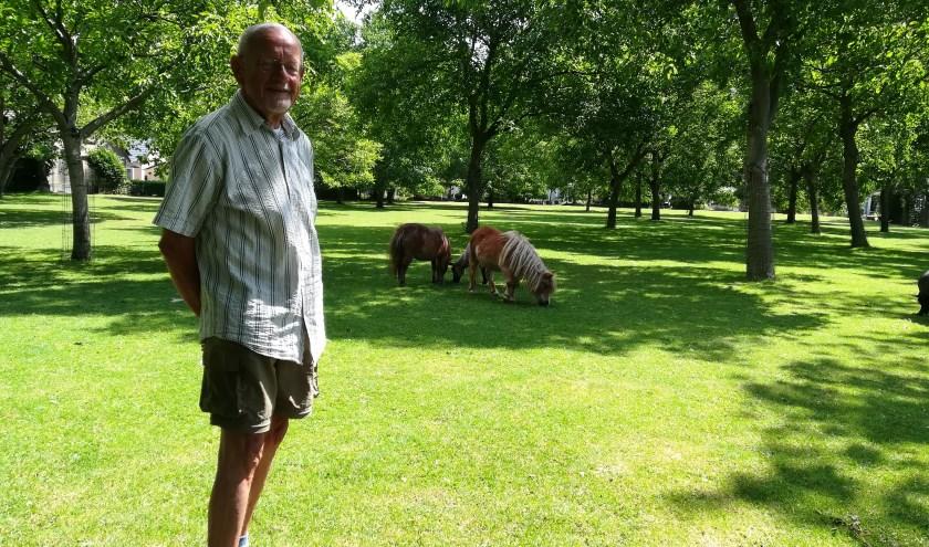 Met een petitie hoopt Joop Brongers de kap van 55 bomen op 'een uniek stukje groen' tegen te gaan. (foto Hannie Schrijver)