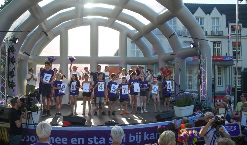 Tijdens slotceremonie werd bekend gemaakt hoeveel geld er is opgehaald voor het KWF. FOTO: Aneo Mario Koning