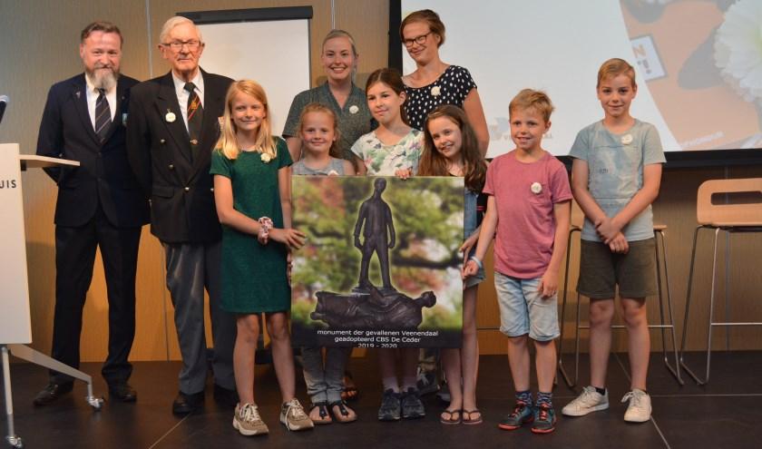 Overdracht 'adopteer een monument' aan jeugd van basisschool De Ceder. Links Gert Jan Hoekstra, in 2008 mede-oprichting van de stichting. Naast hem de 91-jarige Indieveteraan Peter Will. (Foto's: Pieter Vane)