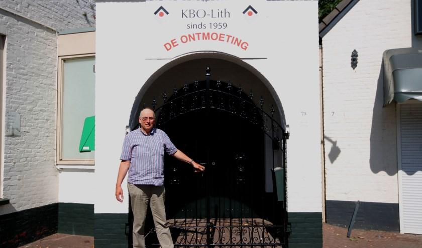 Vice-voorzitter Arnold van Zoest voor de poort van De Ontmoeting, waar KBO-Lith na enig omzwerven resideert.