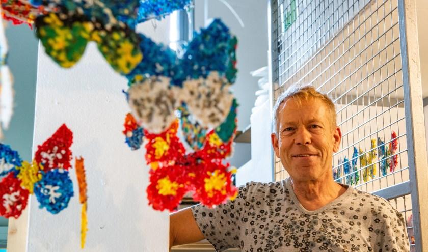 René Blok in het Kekhuis voor kunst en cultuur. Zijn project 'Van zwerfafval naar vlinder' werd afgelopen zaterdag geopend. (foto: Dennis Dekker)