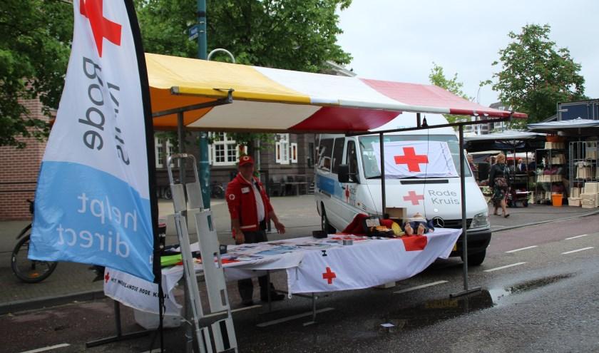 De bus van het Rode Kruis staat klaar om in geval van nood uit te rijden.