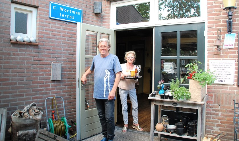 Max Albertus en Lisette Lemmens van De Kemphaan zetten er samen de schouders onder. Ze kennen beiden hun eigen bijzondere historie, net als hun bruine dorpskroeg zelf.