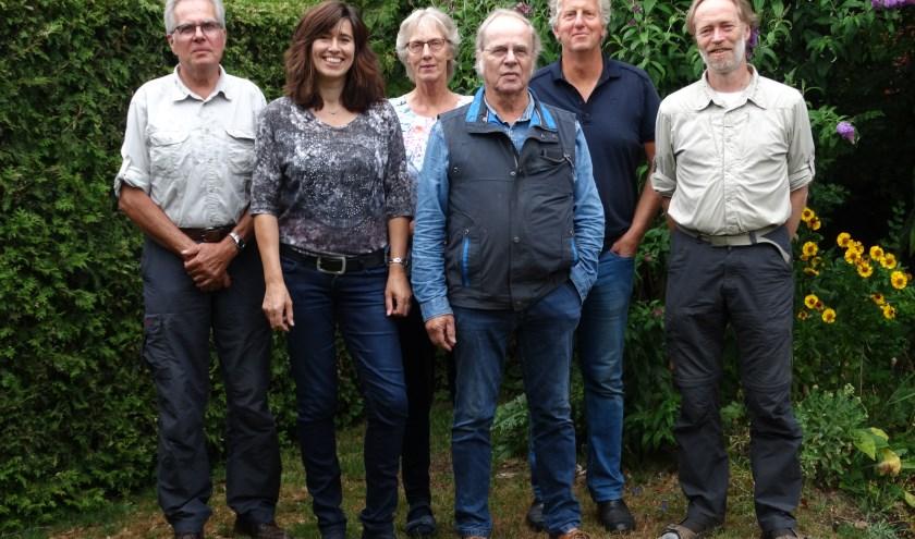 v.l.n.r. Joost Bakker, Gerlinde Bulten, Anneke Voorend (penningmeester), Ab van Peer (voorzitter), Peter Bielars (secretaris) en Dick van Hoffen.