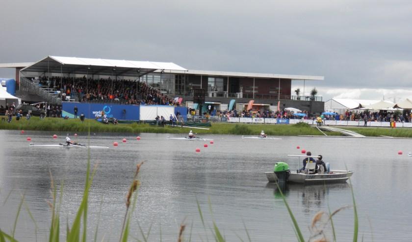 De drukte concentreerde zich op het eiland bij de finish van het internationale roei-evenement. Foto Kees van Rongen