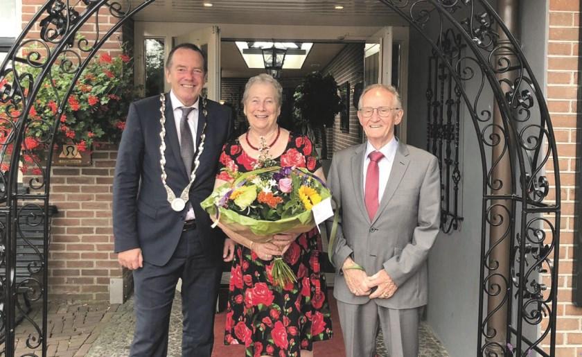 Het diamanten bruiloft bij Berentsen in Loo. Burgemeester Rik de Lange kwam langs om Rob en Riet van Oijen te feliciteren.