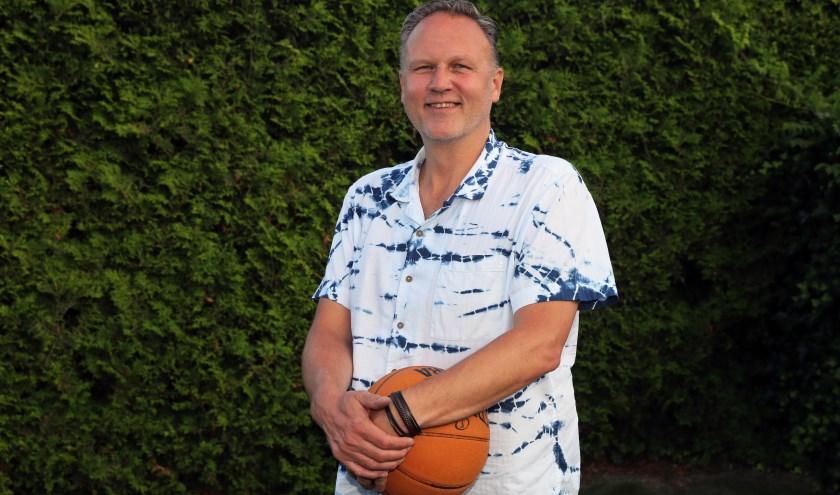 Waar John Burggraaf is, is de basketbal niet ver weg!